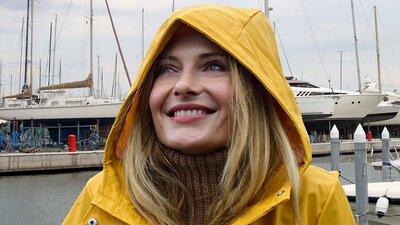 Kvinna väntar på båtupptagning i hamnen