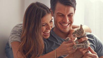 kattägare med kattunge