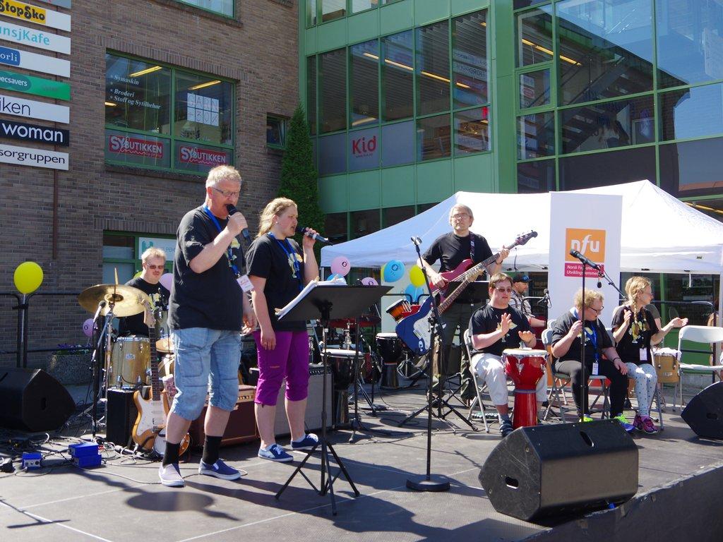 Go Bananas på Kulturfestivalen for utviklingshemma 2018 i Førde. Musikarar med ulike instrument på utescenen, publikum står rundt.