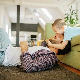 Man och pojke i soffa