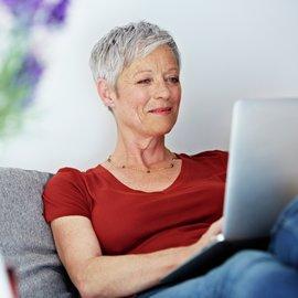 Kvinna använder dator