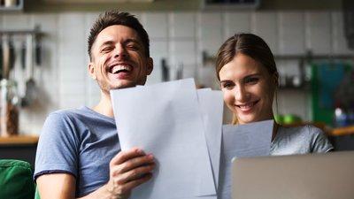 nainen ja mies katsovat papereita