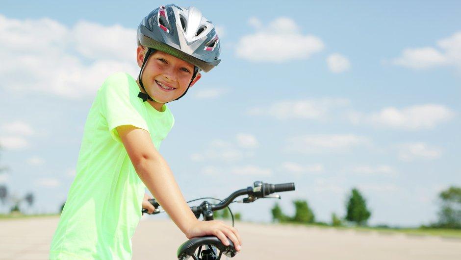 Pojke med cykelhjälm