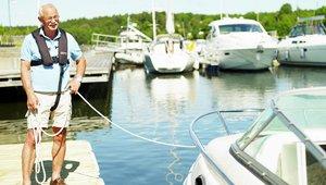 Mies pitelee venettä köydessä