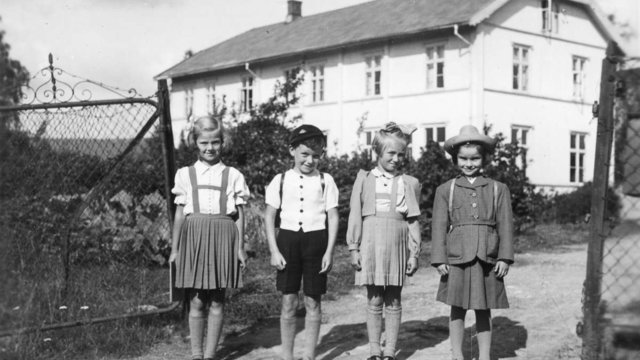 AH695Kopi1941Østby skole, første skoledag, fra v. Liv Molstad, Terje Svendsen, Marianne Ruud, Inger Elise FonneløpSørumsandBildeeier: Ellen Fonneløp