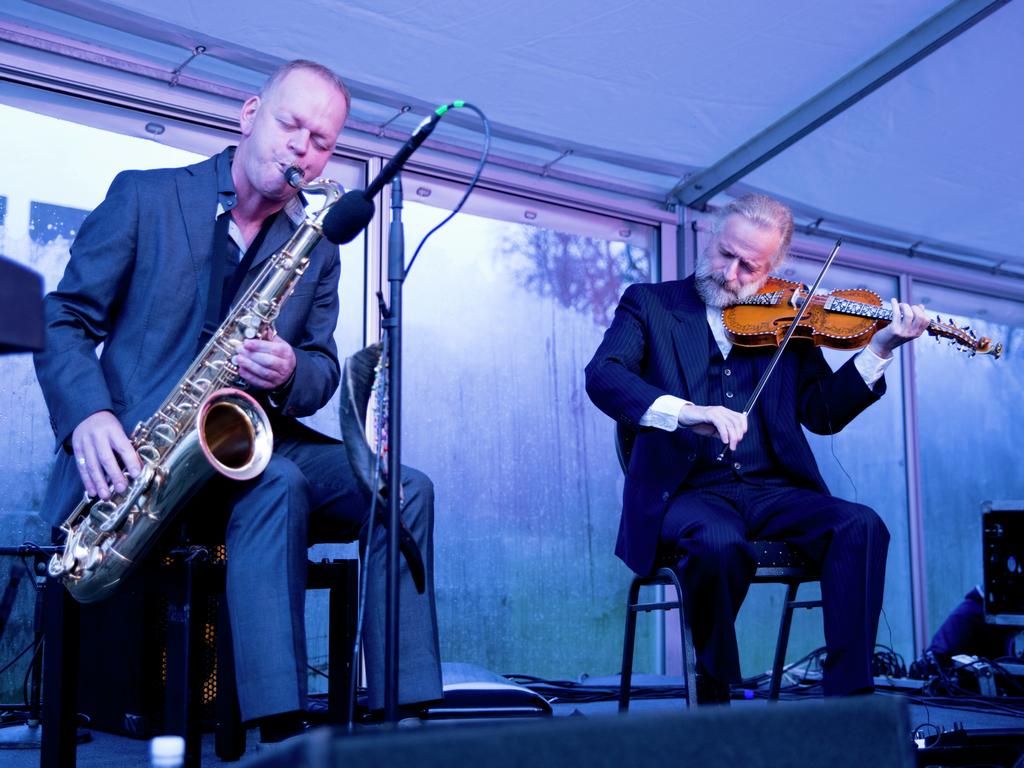 Foto av Karl Seglem på saksofon og Håkon Høgemo som spelar hardingfele.