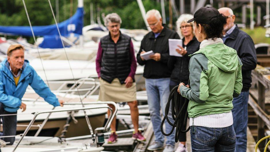 Käytännön veneilykurssilla opetellaa veneen sitomista laituriin