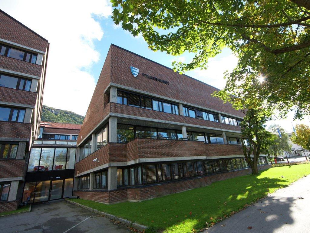 Foto av fylkeshuset på Leikanger. Huser er bygd i teglstein