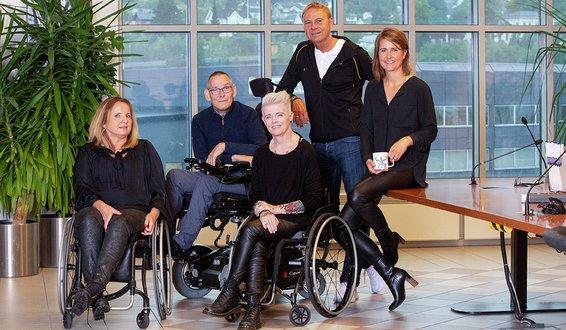 Tone Skavhaugen, Anneth Nielsen, Geir Jonny Småge, Helle-Viv Helle Magnerud og Kåre Hunstad foran panoramavindu