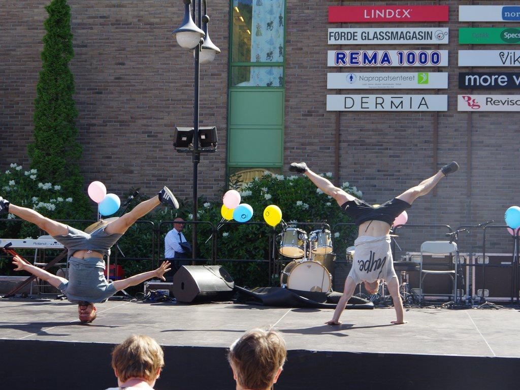 Absence Crew på Kulturfestivalen for funksjonshemma 2018 i Førde. To dansarar på ei utescene, den eine står på hovudet, den andre på hendene.
