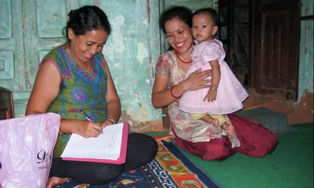 Lokal fagarbeider intervjuer mor og barn