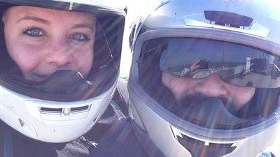 Nainen ja mies moottoripyöräkypärät päässä