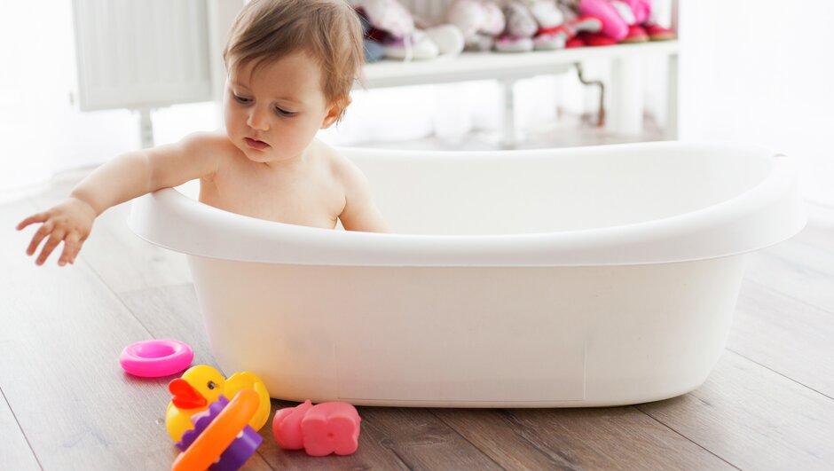 Barn badar i balja