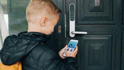 Pojke låser upp ytterdörren