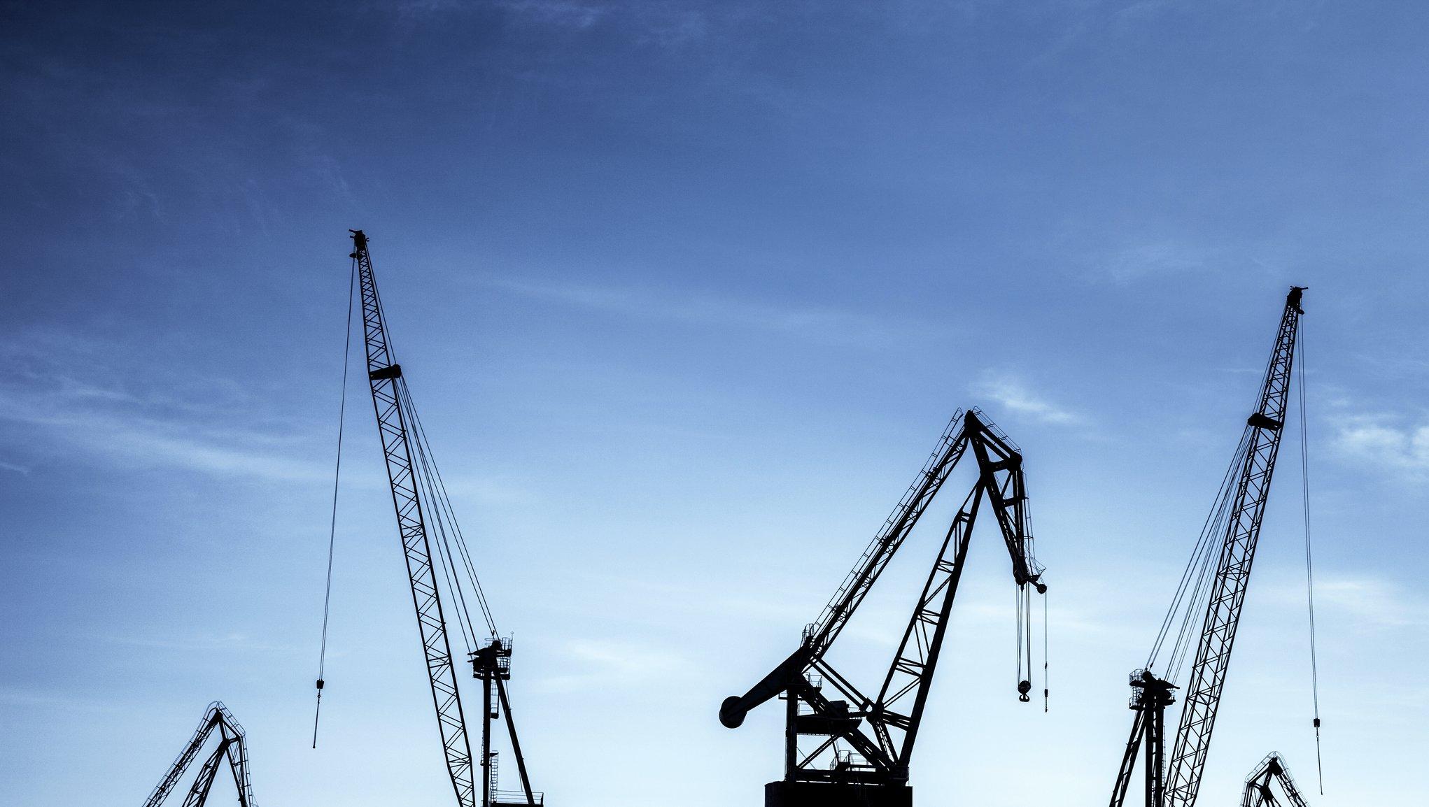 Transportforsikring Havnekraner med blå himmel i bakgrunnen
