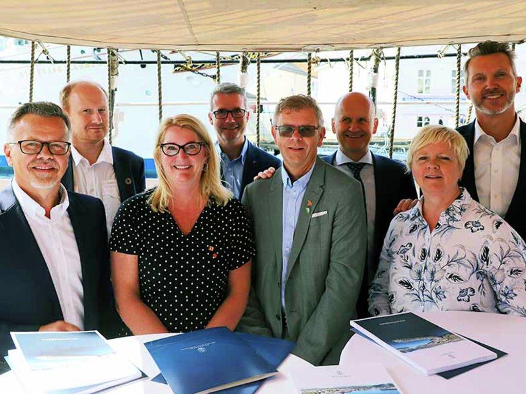 Foto frå signering av avtale om overføring av fiskerihamner frå staten til fylkeskommunane.