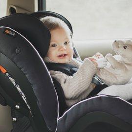bebis i bilbarnstol