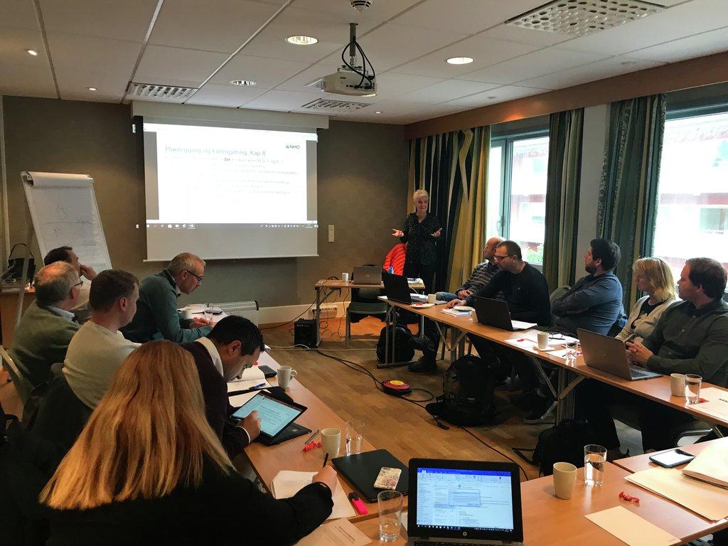 Bilete frå kurs om offentlege anskaffingar i Førde 25. september. Personar sit rundt eit bord og høyrer på føredrag.
