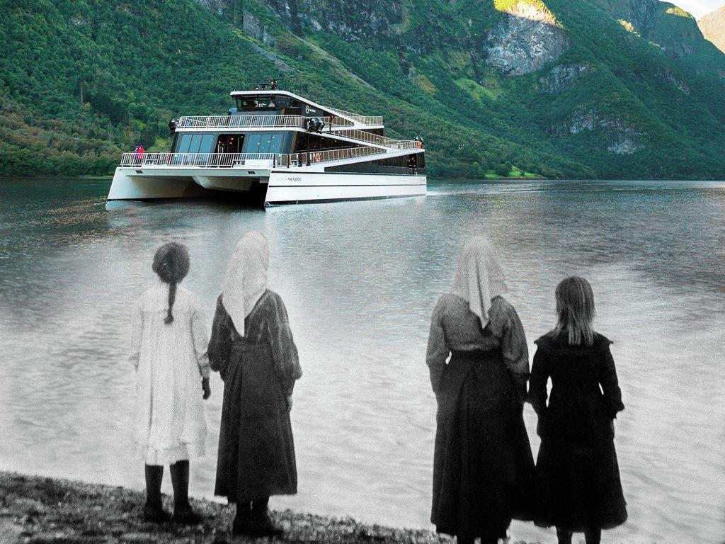 bilete i svart kvitt av fire jenter som står ved sjøkanten, går over i fargebilete av den moderne båten Vision of the Fjords, samt fjord og fjell.