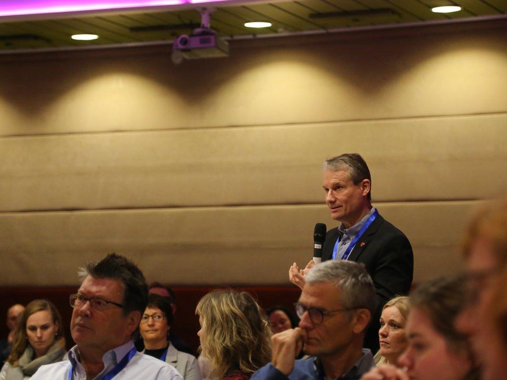 Førde-ordførar Olve Grotle stiller spørsmål frå salen under Språkkonferansen i Førde 2018, Treng vi norsk?