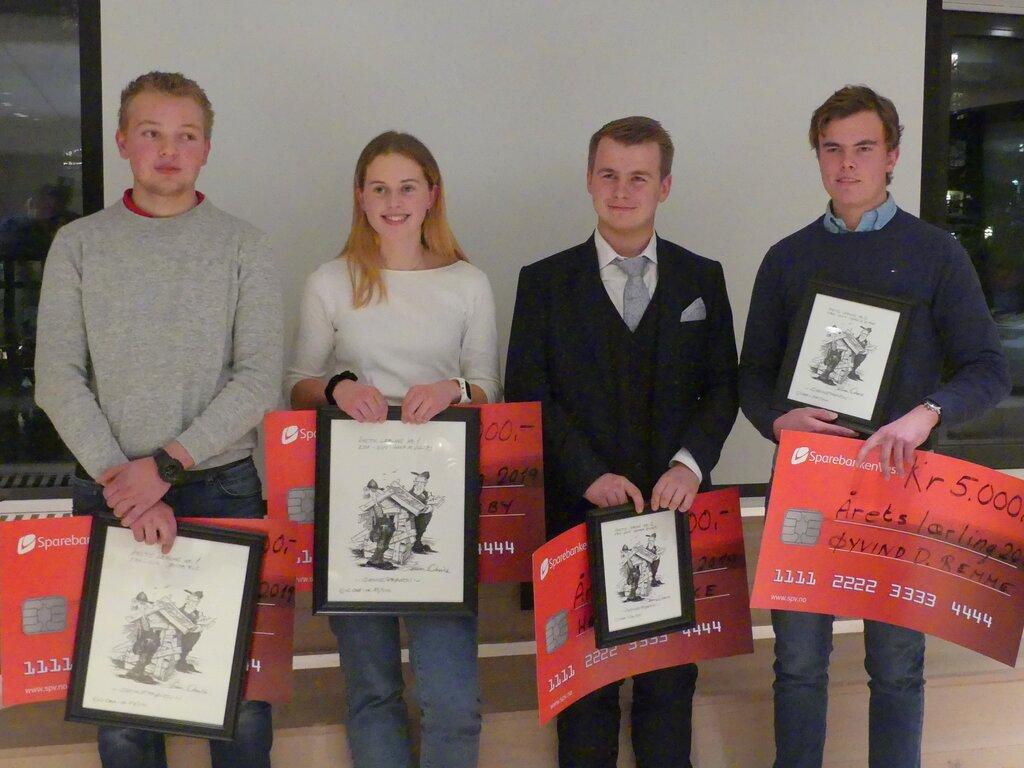 Foto av fire ungdomar, tre gutar og ei jente, som vart kåra til årets lærlingar i bygg- og anleggsbransjen på Vestlandet i 2019.