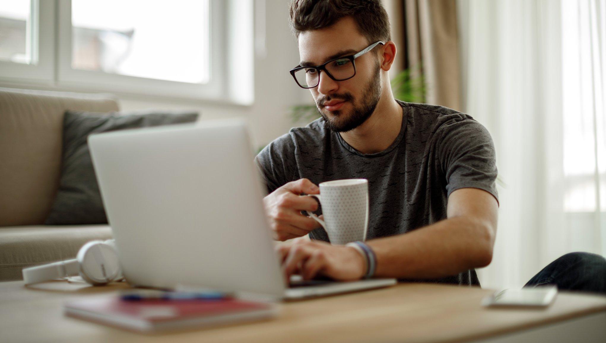 En man jobbar vid datorn