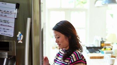 kvinna vid kylskåp