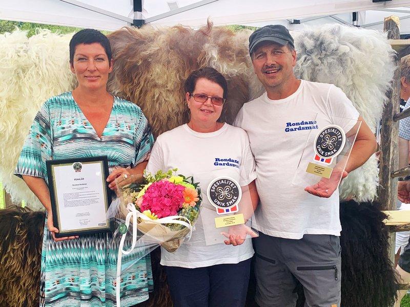 Stig Roger Nilsen og Ingrid B. Nilsen fra rondane gardsmat mottar spesialitet-merker fra Marit Strand, fagsjef spesialitet i matmerk.