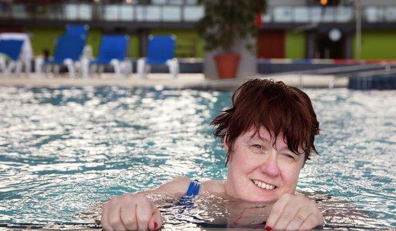 Maiken Kvåle svømmer i basseng.