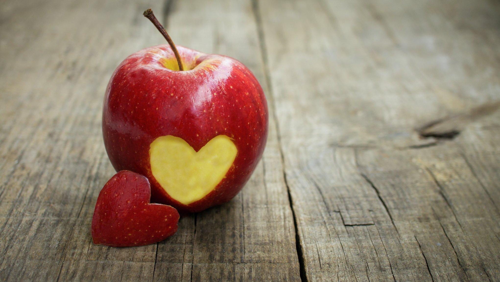 äpple med tugga av hjärta
