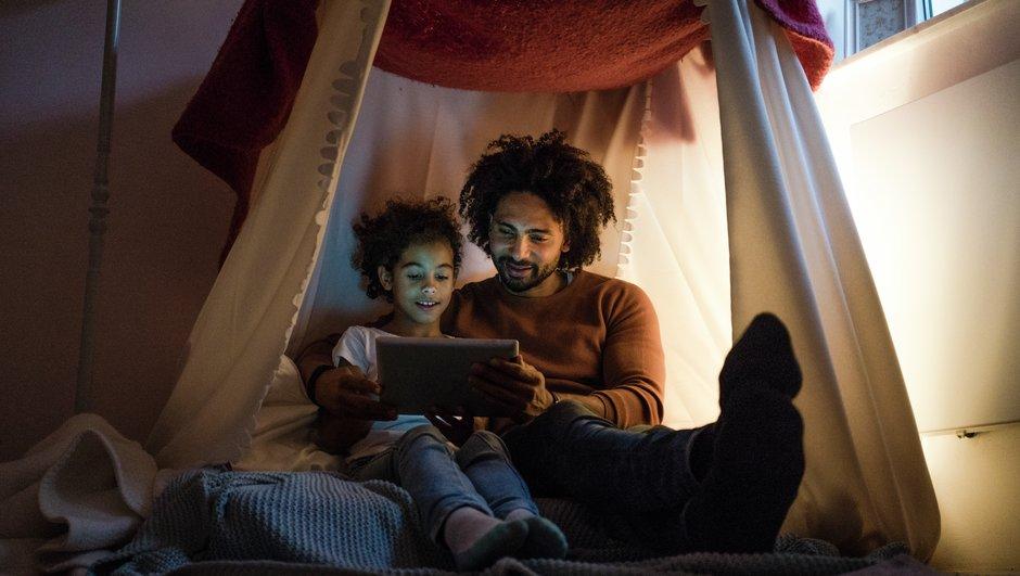 Pappa läser för sitt barn