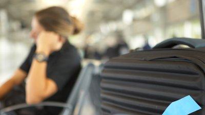 Kvinna väntar på bagage