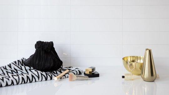 Baderomsplater er en fin og enkel måte å fornye badet på. Veggpanelene fra BerryAlloc er laget for å tåle både travle, kaotiske morgener og sene kvelder med lange varme bad. Foto: BerryAlloc