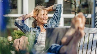 nainen katsoo kaukaisuuteen