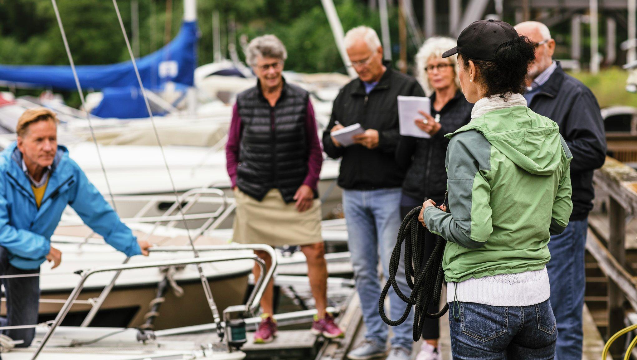 personer pratar vid båtar