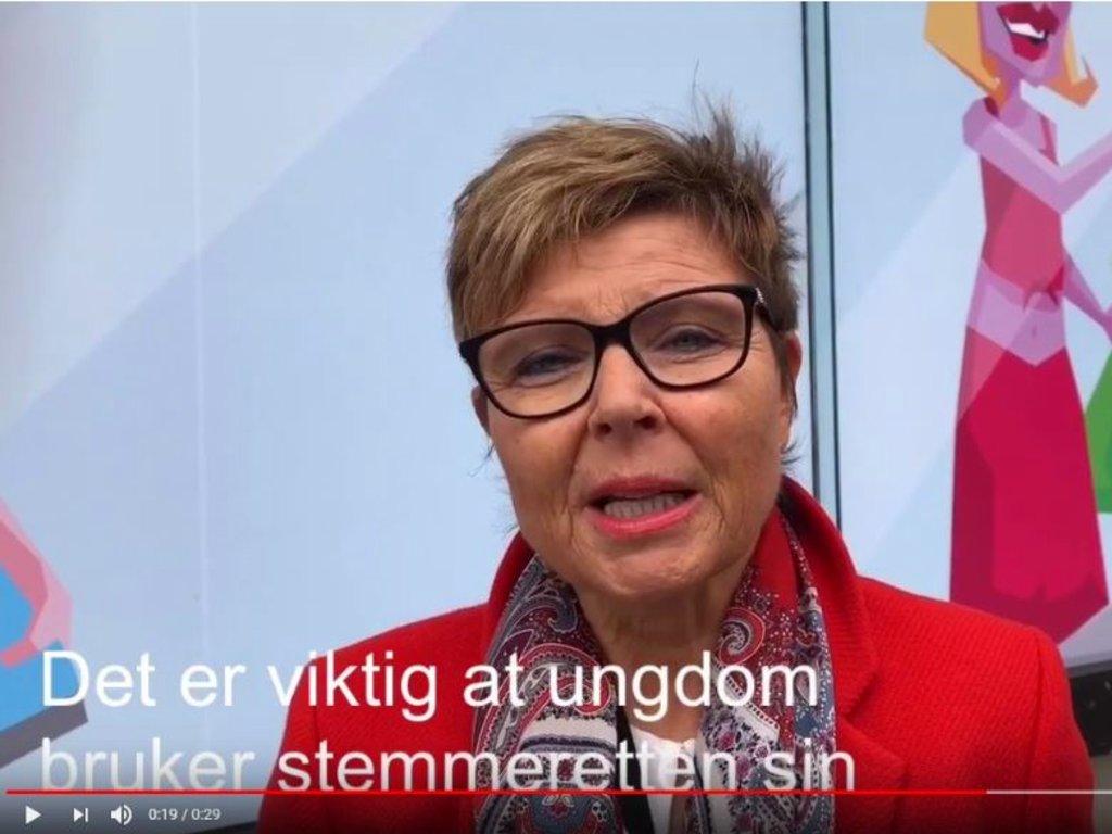 Foto frå film med Anne Gine Hestetun. Nest i bildet står teksten Det er viktig at unge bruker stemmeretten sin