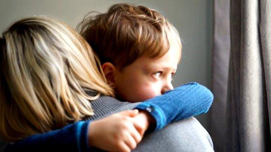 Mamma kramar barnet