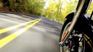 Moottoripyörä ajaa tiellä