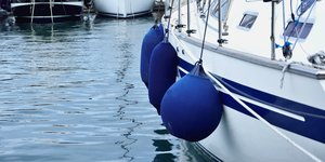 Fendrar på segelbåt