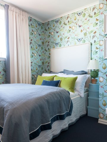 TAPET PÅ FIRE VEGGER: Alle soverommene er tapetsert, hvert med sitt særpreg og mønster med blomster, fugler, bier og sommerfugler. Det er tapet på alle fire veggene i rommet, noe annet ville sett nakent og uferdig ut.