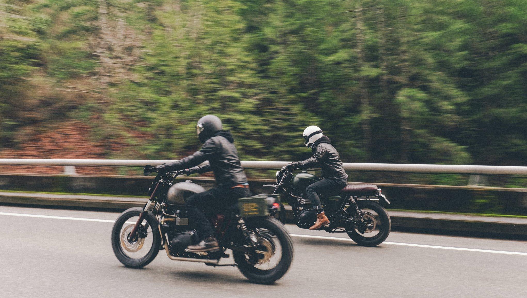 Kaksi moottoripyöräilijää ajaa tiellä
