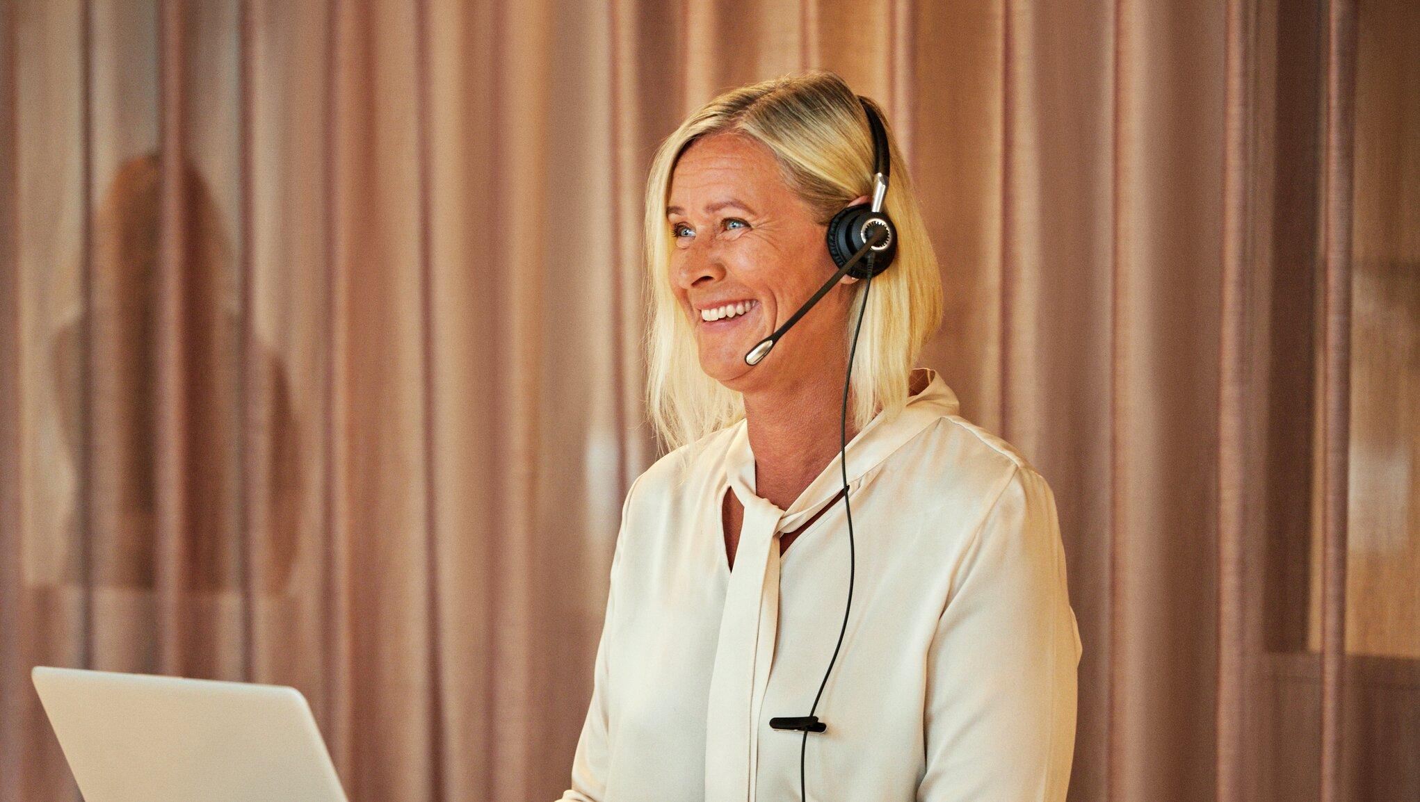 Kundeserviceansatt som prater med en kunde i telefonen