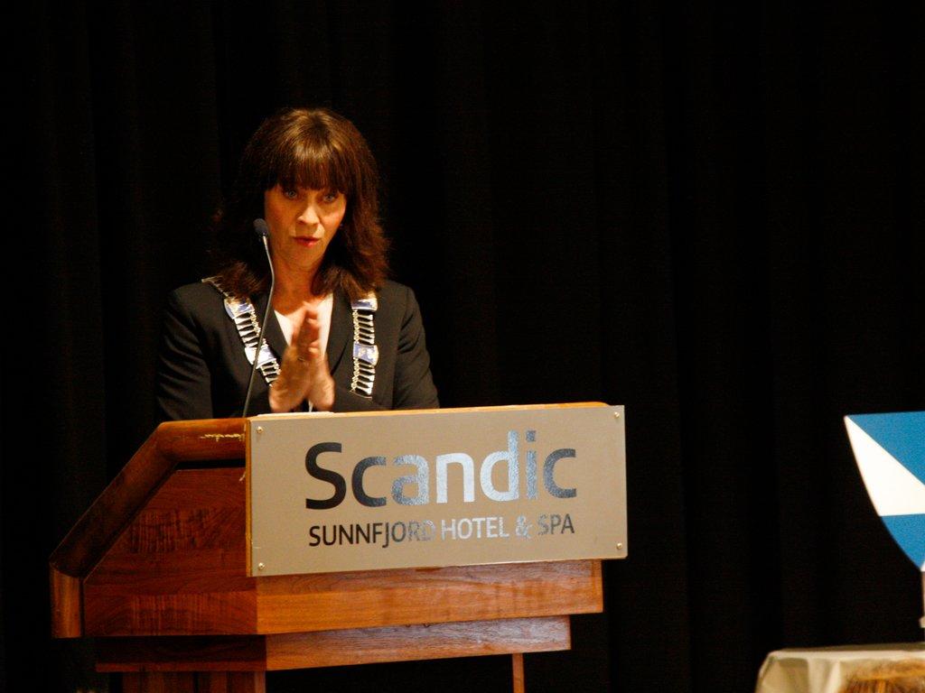 Jenny Følling på talarstolen under møte i fylkestinget juni 2019