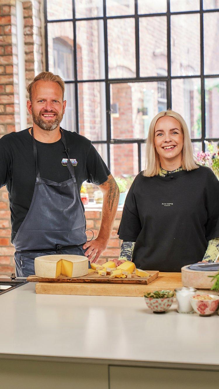 Tom Victor Gausdal og Christine Dancke lager toast med osten Høvding Sverre