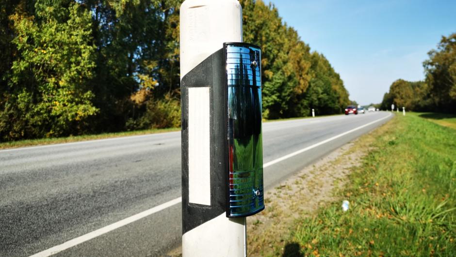 Ifi ja Eesti Jahimeeste seltsi koostöös maanteele paigutatud peegelreflektorid