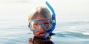 Poika snorklaa vedessä