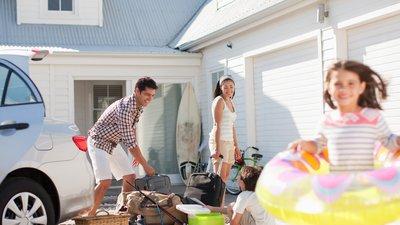 Familie pakker bilen før en kør selv-ferie.