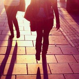 Skuggor på trottoar