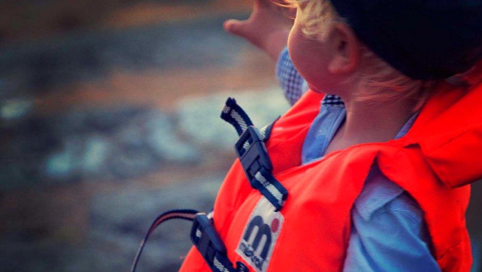 lapsi pelastusliiveissä