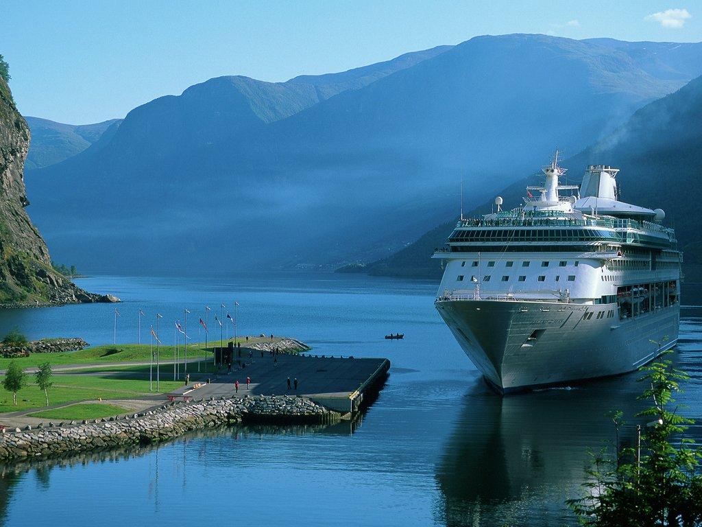 Cruiseship ved hamna i Flåm.